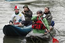 Do lodí nasedli příznivci vody a rumu ve Lbíně. Vydali se po proudu směrem na Koštov.