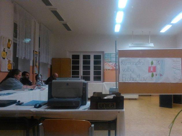 Malá chybička se vloudila do výzdoby volební místnosti vProboštově na Teplicku.