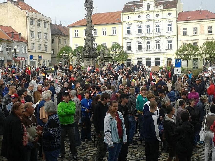Demonstrace v Duchcově na náměstí.