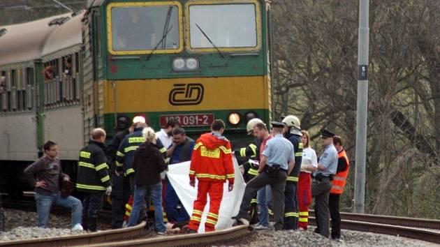 Vlak srazil ženu - na místě zemřela