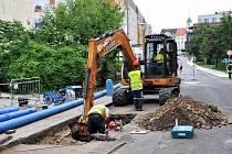 V Dlouhé ulici vTeplicích se provádí rekonstrukce poruchového vodovodu a nevyhovujícího úseku kanalizace a kanalizačních šachet, která částečně bude pokračovat do Papírové ulice.