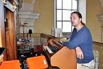 Oprava varhan v kostele sv. Petra a Pavla v Jeníkově je u konce. Na snímku je varhanář Peter Nožina, který společně se svojí přítelkyní, hudební nástroj rekonstruoval.