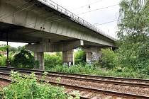 MOST JE NA DŮLEŽITÉ silnici E55. Pod ním vede hlavní železniční trať Ústí Teplice Most a taky silnice do Jateční ulice. Opravovat se má začít tento měsíc.