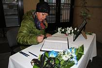 Lidé chodí psát vzkazy do kondolenční knihy, která je ve vstupní části hlavní budovy teplické radnice.