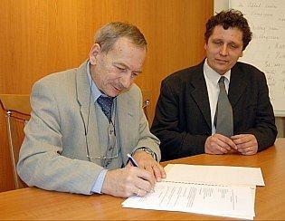 Oblastní charita Teplice obdržela od primátora Jaroslava Kubery šek v hodnotě výtěžku reprezentačního plesu města.