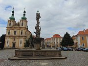 Teplicko. Duchcov, náměstí, kostel a zámek.