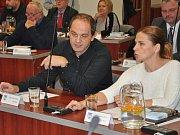 Z ustavujícího zastupitelstva v Bílině, vlevo Radek Zenker, vpravo Lenka Brunzová.