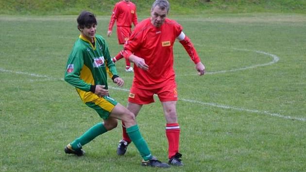 Petr Hynek vede míč (v červeném)