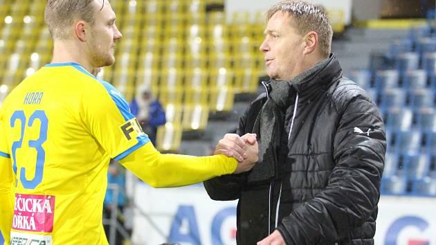 Stanislav Hejkal děkuje po vítězství nad Libercem autorovi jediné branky Jakubu Horovi.