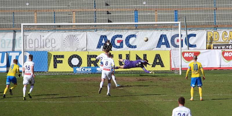 Penalta Laca Takácse v utkání s Teplicemi.