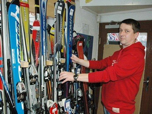 Půjčit lyže se mnohým vyplatí.