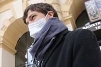 Zemřelému primátorovi a senátorovi Jaroslavu Kuberovi byla na teplickém magistrátu odhalena pamětní deska a zároveň venku na fasádě radnice kouří cigareta. Na snímku Adam Kovalčík.