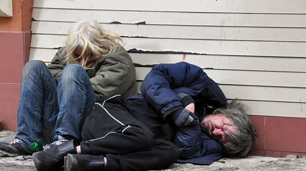 To, co vidíte na snímku Zdeňka Traxlera je bohužel každodenní smutný pohled na chodník před Komerční bankou v Teplicích, na pěší zóně. Je to místo, kde odvětrává na ulici teplo z kotelny v bance. Právě zde hledají útočiště bezdomovci.