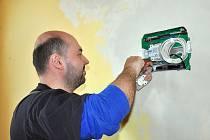 Na snímku elektro firma Petr Bubeníček provádí novou elektroinstalaci.