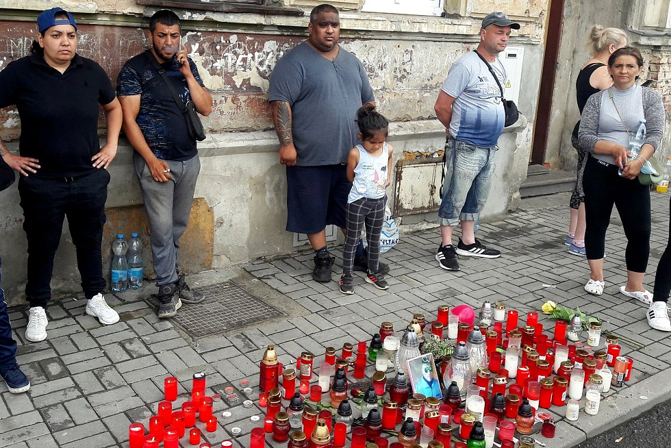 Romové vytvořili pietní místo v teplické ulici U Hřiště.
