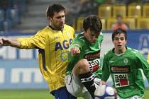 Fotbalista FK Teplice Michal Smejkal (ve žlutém)