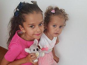 Dvouletá sluchově postižená Agátha z Hostomic  a její pětiletá sestra, která jí pomáhá.