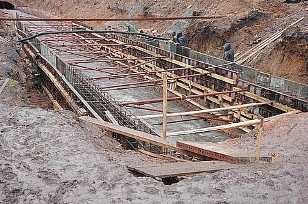 Foto z roku 2007, kdy koryto podzemního potoku Bystřice prošlo rekonstrukcí právě v dotčené lokalitě u Kamenných lázní.