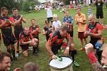VÍTĚZNÝ RITUÁL Dragons spočívá ve zpěvu klubové hymny a vyklepávání kopačkou na buben.