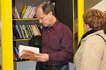 První knihobudka v Teplicích nabízí padesátku knih.