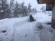 I Cínovec zasypal sníh. Místy je ho až 50 cm. Foceno poblíž hotelu Krušnohorský dvůr.