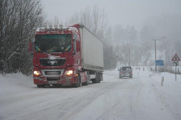 Zasněžená silnice, ilustrační snímek.