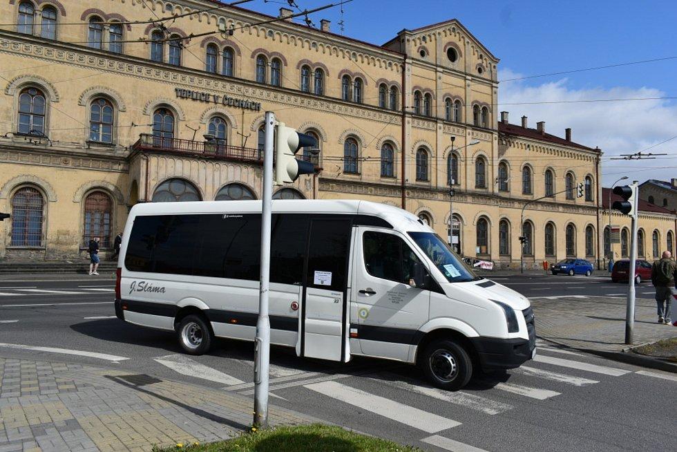 Mikrobus sváží lidi v Teplicích do očkovacího centra
