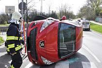 Jedno auto skončilo na boku, druhé v zídce