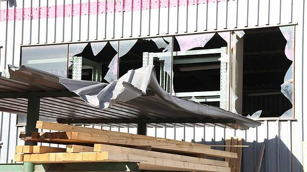 Stavebniny Černý, poškozená okna.