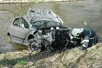 Neovladatelné vozidlo proletělo v protisměru mezi stromy, projelo okolo hřiště a nakonec spadlo do koryta Bíliny