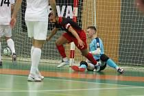 Teplický Adriano dává v pohárovém duelu se Spartou gól.