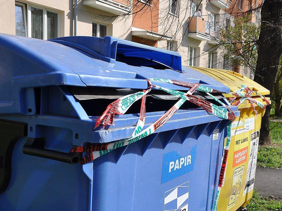 Bezdomovec našel mrtvolku dítěte v kontejneru ve Zrenjaninské ulici v Teplicích. Policie všechny kontejnery okolo místa činu v ulici obehnala policejní páskou a prohledávala je.