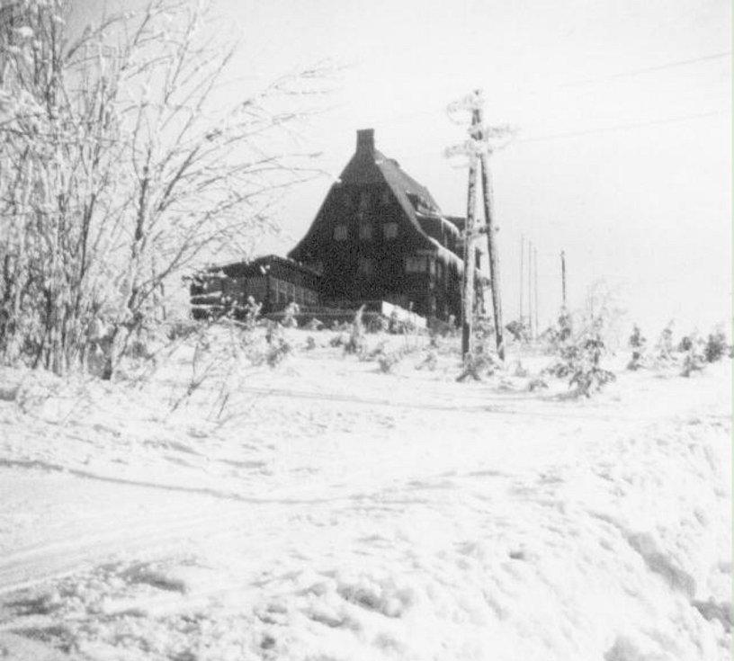 Zima v Krušných horách na archivních pohledech a fotografiích. Cínovec hotel Pomezí.