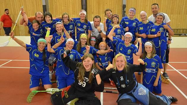 FLORBALOVÁ RADOST. Děvčata FBC Teplice se radují po vítězství nad švýcarským týmem Zug United.