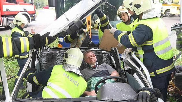 Složky IZS zasahují na místě fingované dorpavní nehody