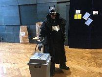Teplický hvězdář Radim Neuvirt přišel k volbám v obleku Batmana.