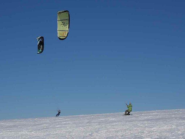 Při snowkitingu vás táhne kit – drak