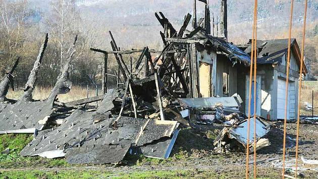 V noci na sobotu shořela v satelitní zástavbě v Háji u Duchova na Teplicku dřevená novostavba rodinného domku.