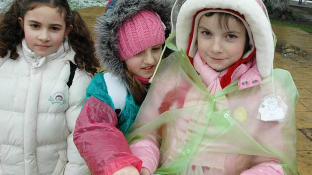 Děti ze ZŠ Plynárenská se ptaly lidí v Teplicích, kde získávají informace.
