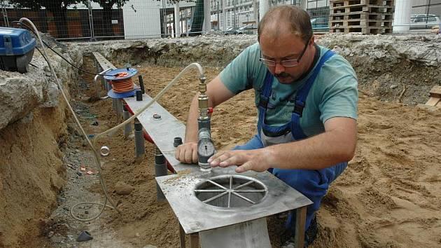 Nová fontána na kolonádě teplického domu kultury už má zabudovánu svoji podzemní technologii. V díře hluboké čtyři metry bude betonová vana s nádrží na vodu.