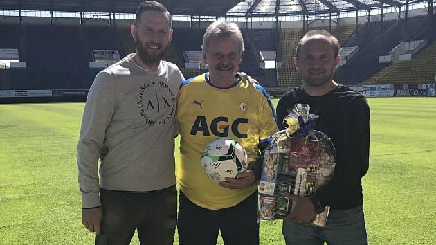 Františkovi Šnobrovi popřáli za klub k narozeninám Štěpán Vachoušek a Pavel Verbíř