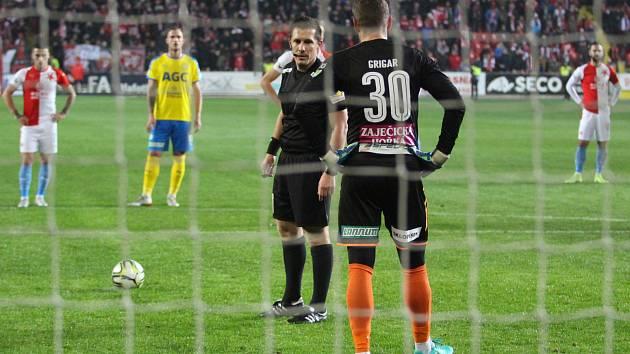 Rozhodčí Pechanec a brankář Teplic Grigar před diskutabilním pokutovým kopem, který ovlivnil duel Slavia - Teplice