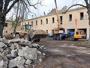 Demolice objektů bývalých kasáren v Bílině.