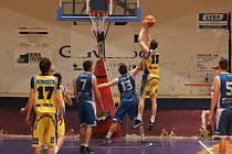 Teplice (žluté dresy) v Severočeské basketbalové lize porazily Varnsdorf