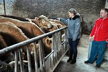 Petra se stará spíše o papíry a řeší ekonomiku a Marcel zase obstarává chov, krmivo a provoz zemědělských strojů.
