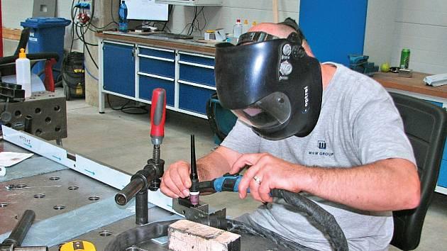 Pracoviště svařování nerezových dílů pro jednotlivé konstrukce TIG metodou je vybaveno profi stoly.