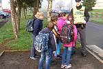 Policisté varovali školáky u přechodů.