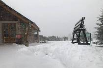 Hory jsou pod sněhem. Na snímku je hotel Krušnohorský dvůr na Cínovci