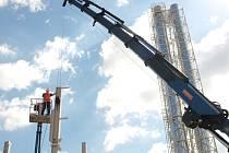 Umisťování jednoho z nosných pilířů budoucí stěny plynové kotelny.