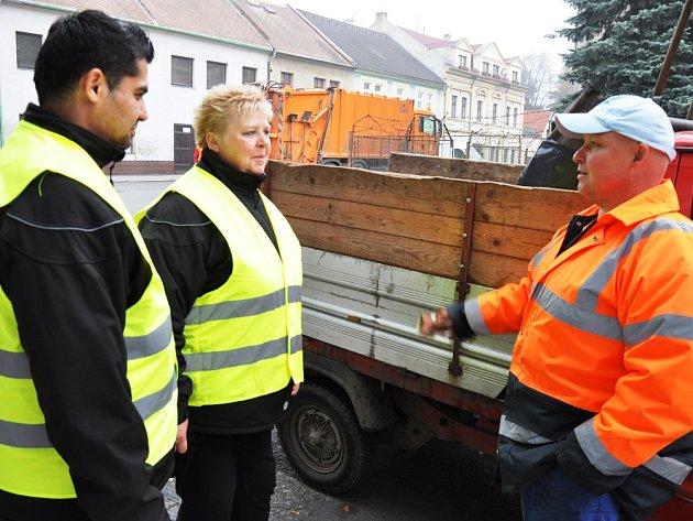 Pracovník z technických služeb (vpravo) diskutuje s asistenty kriminality v Duchcově. Miroslav Kyma a Eva Bosmanová hlídají pořádek ve městě. Pravomoci mají jako každý jiný občan.